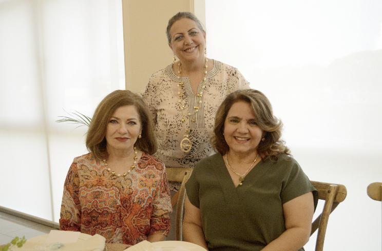 Gina Vargas Marzuca, Pitina Camino López (sentadas); y China Castellanos Zoreda (de pie)