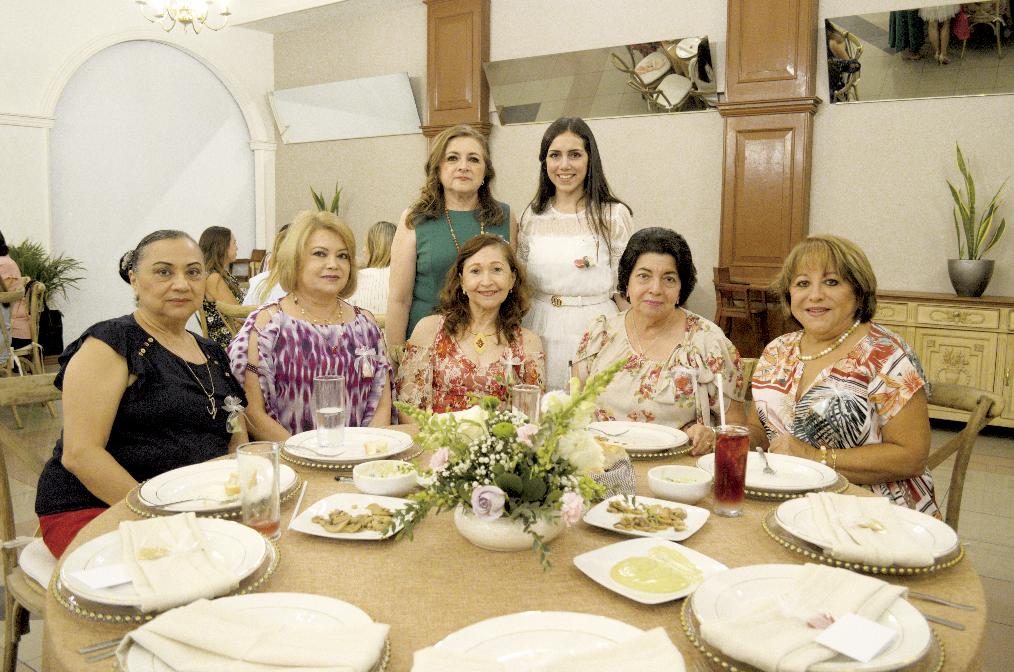 Lilian Alonzo Salomón, Laura López de Salomón, Elda Barahona Solís, Mari Pérez Narváez y Yuli Farah Martín (sentadas); Hilda Esther Salomón Barbosa e Hilda María Conde Salomón (de pie)