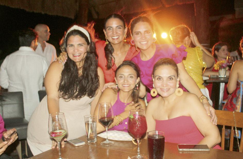Pitina Castellanos de Conde, María Fernanda Castellanos de Hernández y María Regina Castellanos de Buenfil (arriba); Beatriz Díaz Lizarraga y Beatriz Paredes (abajo)