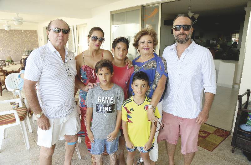 Adolfo Cetina, Pamela Cetina, Diego Ongay, Evelyn Ávila, Adolfo Cetina Ávila (segunda fila); Marcelo Ongay y Adolfo Cetina Durán (primera fila)