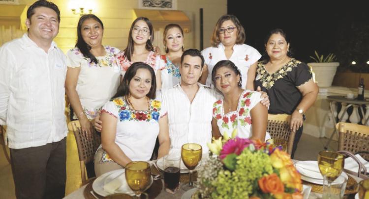 Fanny Cruz, David Zepeda, Naylea Chalé (sentados); David Rodriguez, Graciela Alejandro, Estrella Montejo y Leonor Mukul (de pie)