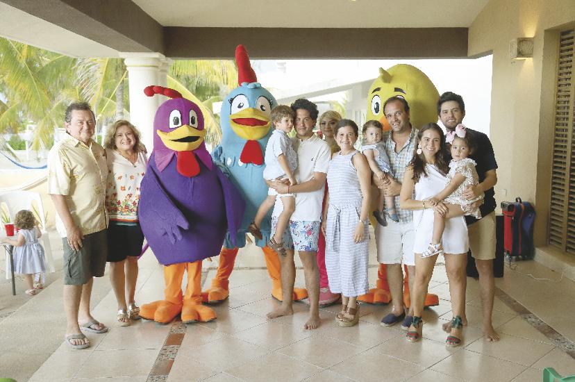 Toda la familia feliz con el festejado