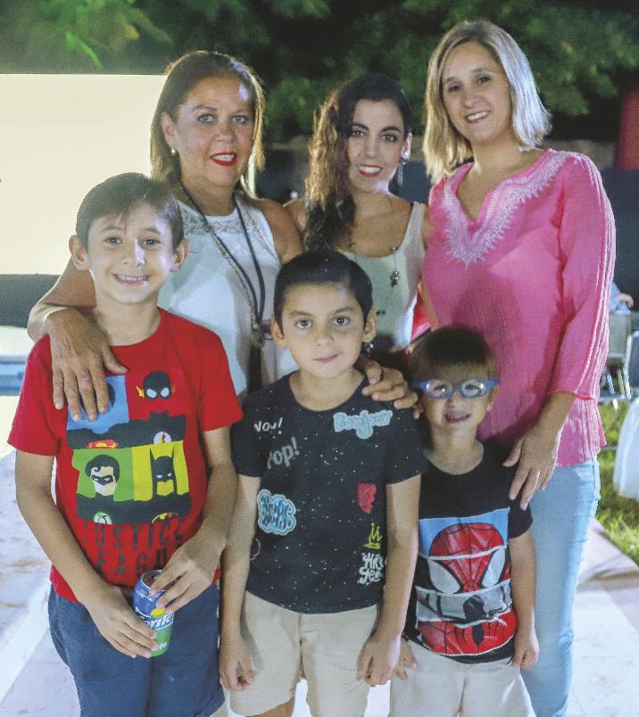 Liliana Remes, Isloim Pedro, Berenice Remes, Carlos Salazar, Diego Olivera y Patricio Salazar