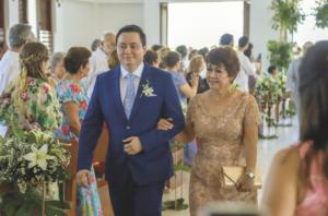 El novio, Belzay Escarpulli Arévalo acompañado de su madre, Amina Arévalo Ochoa
