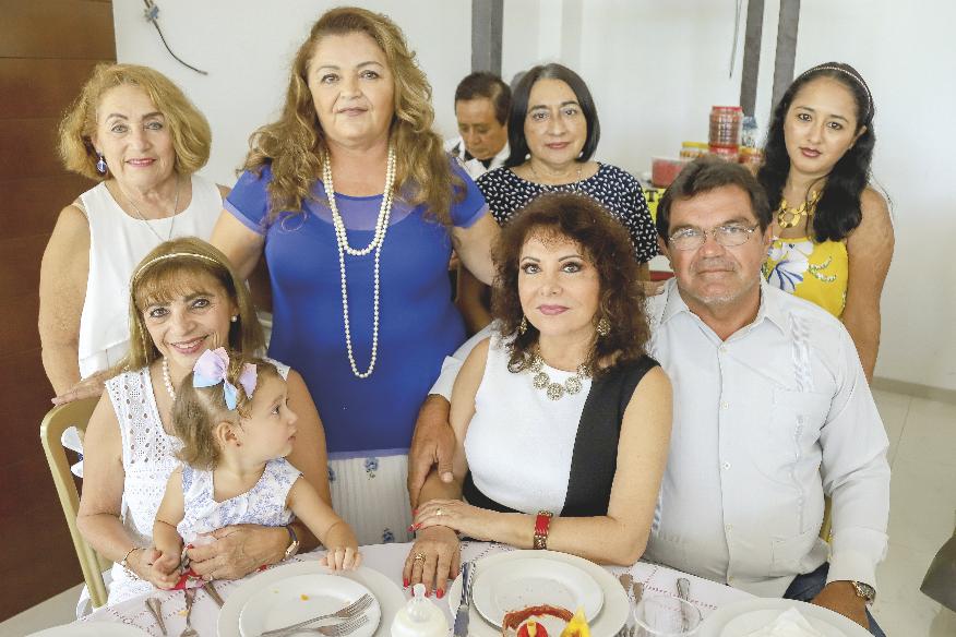 Candy Rodríguez Camps, Luz Elena Gómez Camps, Mercy Góngora, Yessica Góngora, Edith Rodríguez Camps, Betty Canto y Jorge Gómez