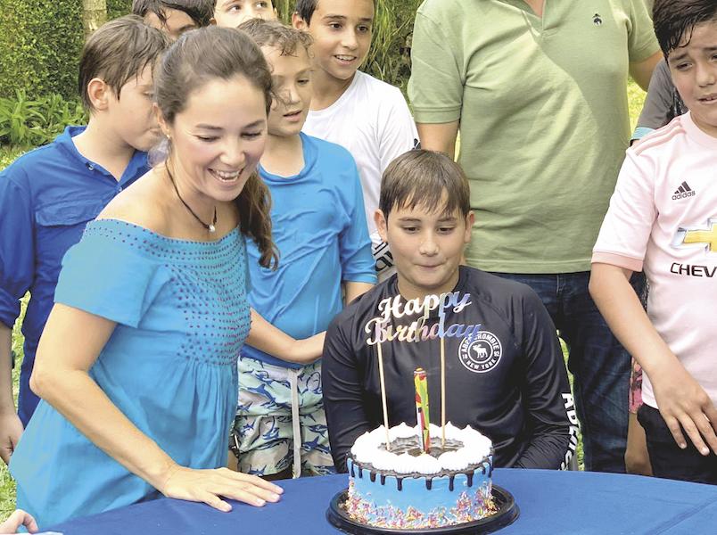Todos muy felices con el pastel