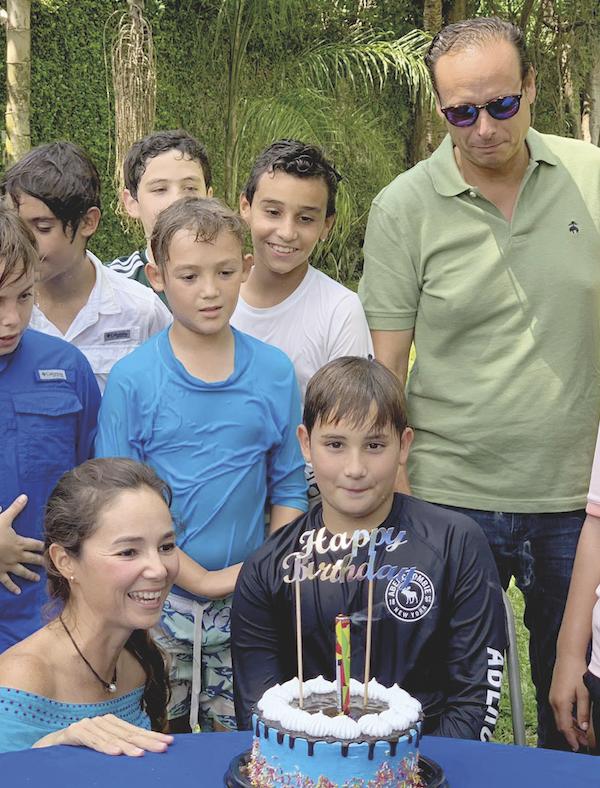 Víctor, feliz con su familia y amigos